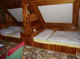 Ložnice A s lůžky, skříní, křesly, stolkem a lampičkou