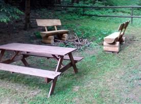 Nové lavice u ohniště.