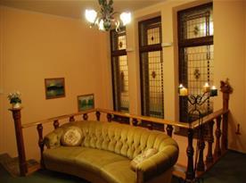 Posezení v hale se stylovými vitrážovými okny
