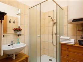 Vybavená koupelna oddělená od toalety