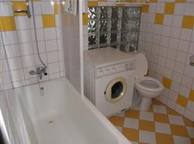 Sociální zařízení s vanou, toaletou a pračkou