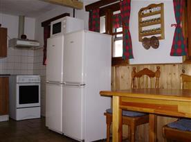 Vybavená kuchyně s dvěma ledničkami a mikrovlnnou troubou