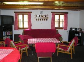 Společenská místnost s televizí, DVD přehrávačem, Hi-Fi věží a krbem