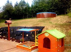 bazén, pískovište a domeček na hraní
