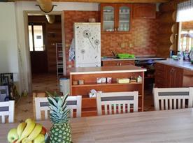 Pohled na kuchyni a do vstupní chodby