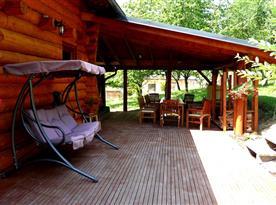 Terase s posezením a houpačkou