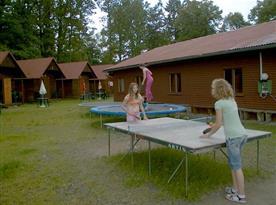 Dětské hřiště s trampolínou a stolním tenisem