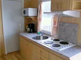 Vybavený kuchyňský kout v bungalovu
