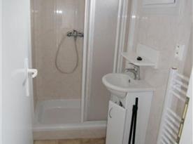 Bungalov - koupelna se sprchovým koutem