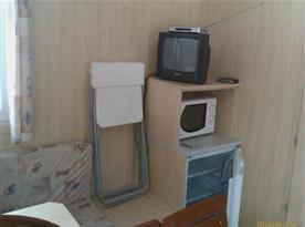 Bungalov - jídelní kout s lednicí a televizí