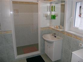 Sociální zařízení se sprchovým koutem, umývadlem a toaletou