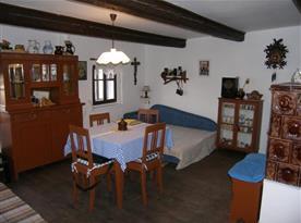 Obytná kuchyně s kachlovou pecí