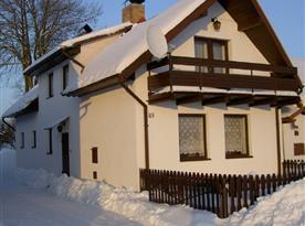 Pohled na objekt v zimním období