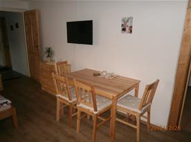 TV + jídelní stůl apt. pro 4 osoby