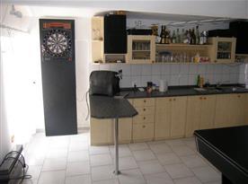 Společenská místnost s kuchyní