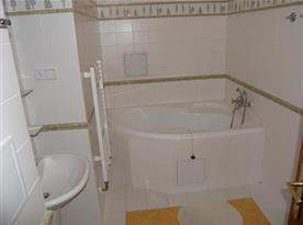 Koupelna s rohovou vanou a toaletou
