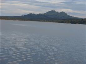pohled na jezero a hrad Bezděz z pláže Na kamenech, 500m od chaty