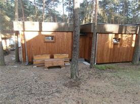 dvouchata od západní strany lesní osady, klidné místo k posezení v lese
