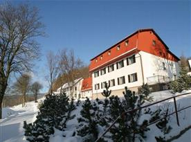 Boční pohled na penzion v zimě