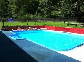 Venkovní bazén na zahradě objektu