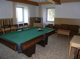 Společenská místnost s kulečníkem a televizí