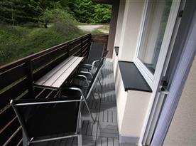 Balkón s posezením.
