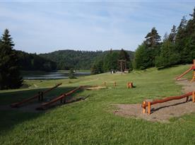 Pohled na jezero z dětského hřiště.