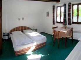 Pokoj v motelu je stylově zařízen