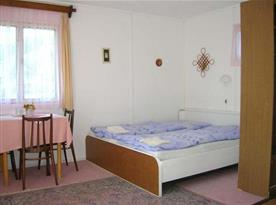 Interiér bungalovu s vlastním sociálním zařízením