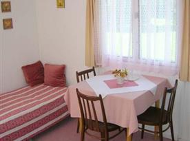 K vybavení bungalovu patří i prostor k posezení