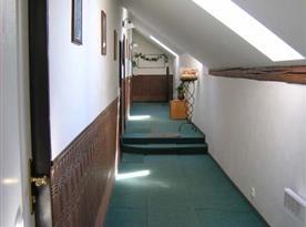 Chodba v motelu vedoucí k pokojům