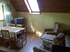 Obytná místnost s jídelním koutem a televizí