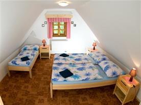 Ložnice v podkroví s lůžky, nočními stolky a skříní