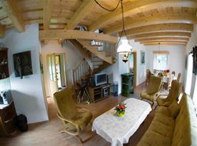 Obývací pokoj s jídelnou, sedací soupravou, televizí a krbem
