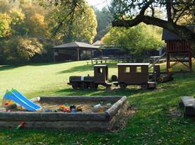 Dětské hřiště v areálu Bufetu U Zastávky, cca 150m od chaty