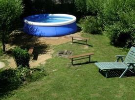 Bazén na zahradě s ohništěm