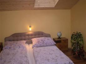Ložnice B s manželskou postelí, nočními stolky a lampičkami