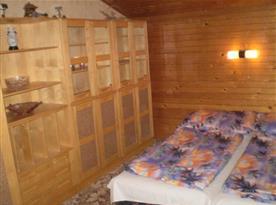 Ložnice C s lůžky a skříní