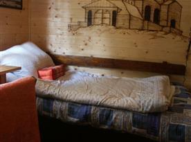 Pokoj s lůžky, stolem a židlí