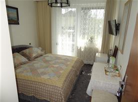 Pokoj s příslušenstvím, balkon, WiFi, SAT, lednička, varná konvice a zákadní nádobí.