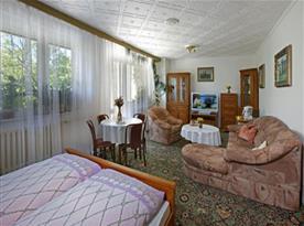 Apartmán s lůžky 2 +2, gaučem a SAT, lednička, sprchový kout,WC, terasa,varná konvice a základní nádobí