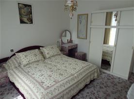 Pokoj s příslušenstvím, balkon,  WiFi, SAT, lednička, varná konvice a základní nádobí.