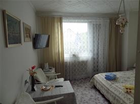 Pokoj s příslušenstvím, balkon, WiFi, SAT, lednička, varná konvice a základn nádobí.