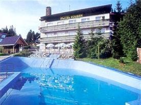 Celkový pohled na hotel s bazénem