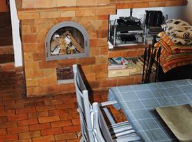 Chata Lucie - společenská místnost s krbem