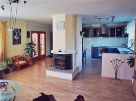 Kuchyně s obývacím pokojem a krbem