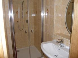Koupelna se sprchovým koutem, toaletou a umývadlem