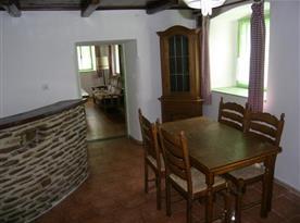 Obytná místnost s jídelním stolem a barovým pultem