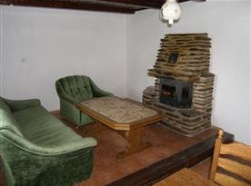 Obytná místnost se sedací soupravou a krbem