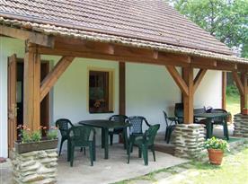 Zastřešená veranda s posezením